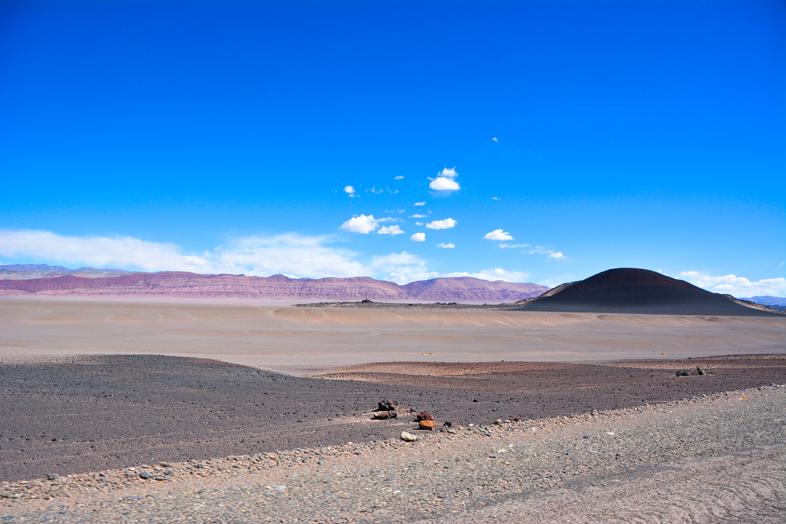Antofagasta de la Sierra Catamarca Belen Argentine montagnes couleur rouge et volcan noir carachi pampa