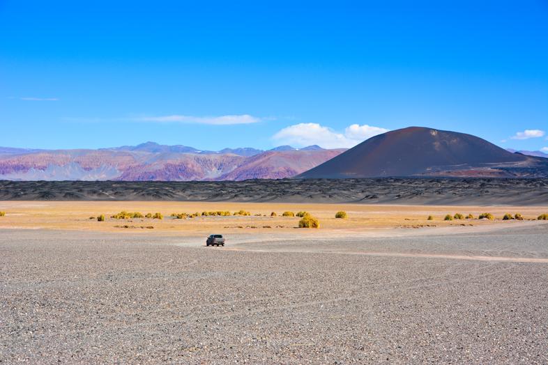 Antofagasta de la Sierra Catamarca Belen Argentine montagnes rouges et volcan noir vue sur la voiture