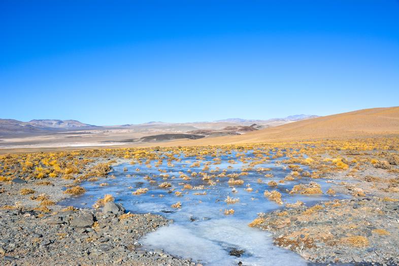 Antofagasta de la Sierra Catamarca Belen Argentine ruisseau gelé vue sur les montagnes