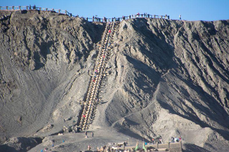 Les escaliers pour voir le cratère du Mont Bromo