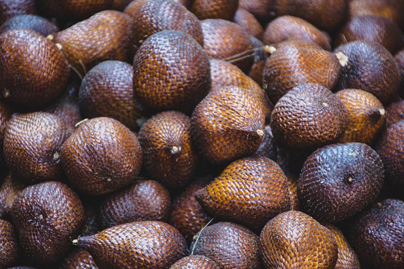 des fruits du serpent ou Salak en vrac sur un marché