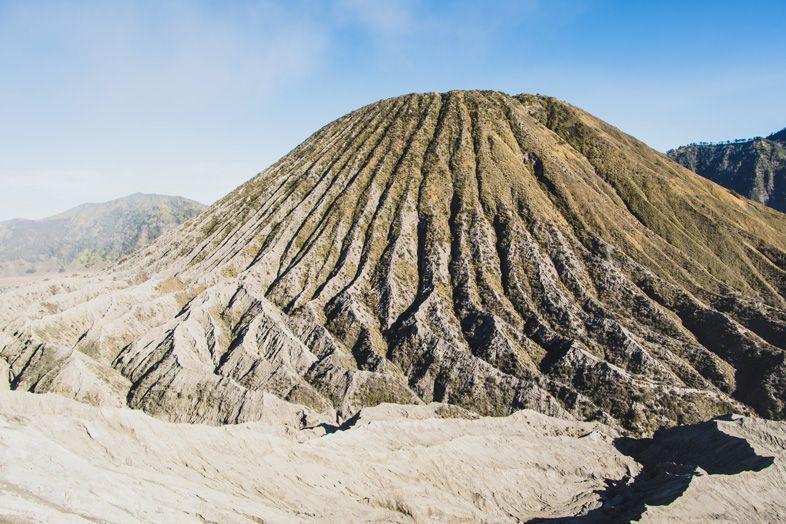 mont batok a cote du mont bromo en indonesie