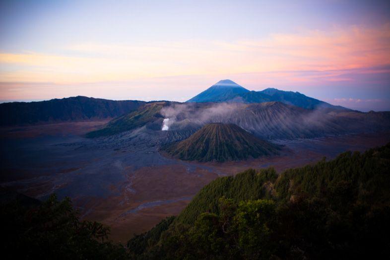 Le Mont Bromo et son levé de soleil rosé