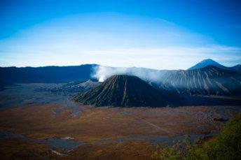 Vue du mont batok et mont le mont bromo avec son cratère fumant