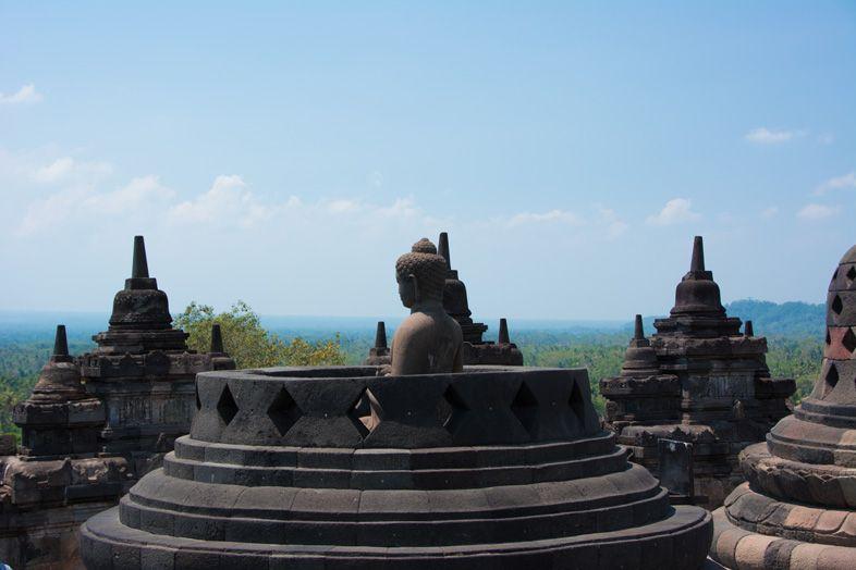 Statue de Boudha dans une stupa du temple de Borobudur en Indoénsien