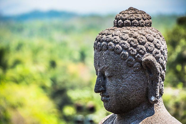 Tête de Boudha contemplateur sur le temple de Borobudur en Indonésie