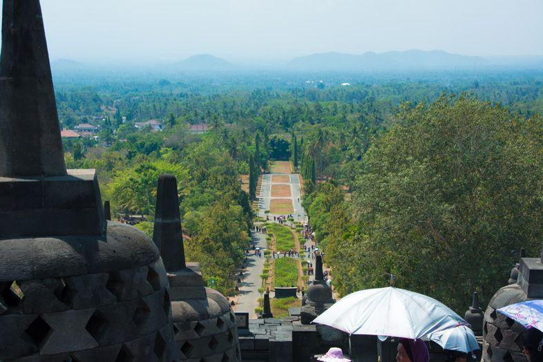Vue panoramique depuis le haut du temple de Borobudur en Indonésie sur l'île de Java