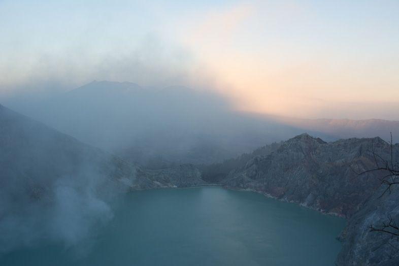 Levée du soleil sur le lac du volcan Kawa Ijen