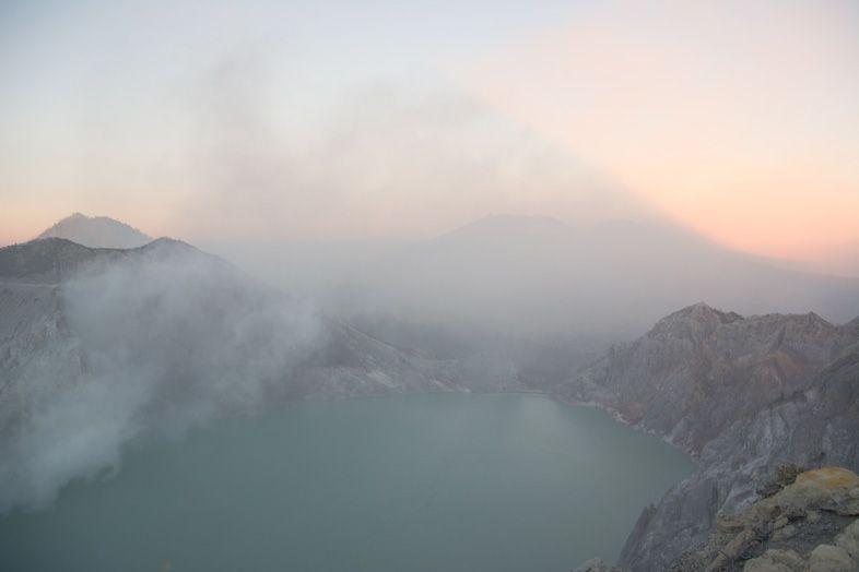 Levée du soleil sur le lac du Kawa Ijen