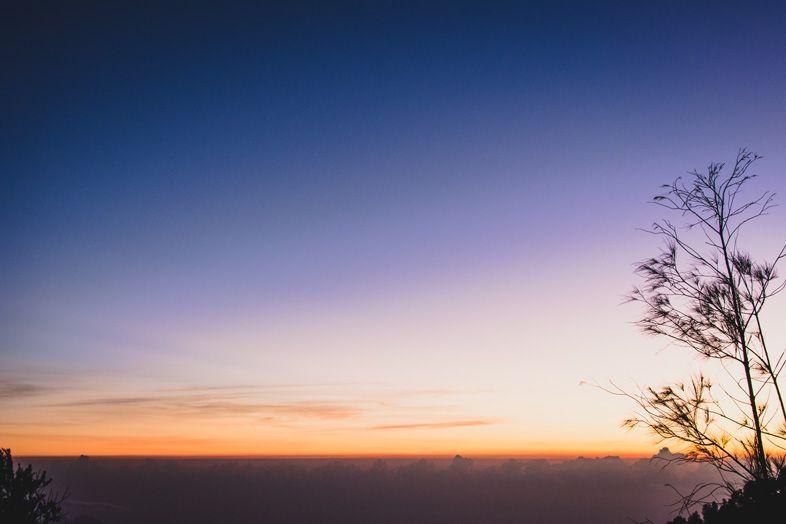 Levée du soleil sur la mer et plus loin Bali