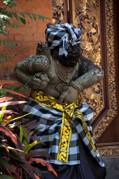 Statue habillée à Ubud