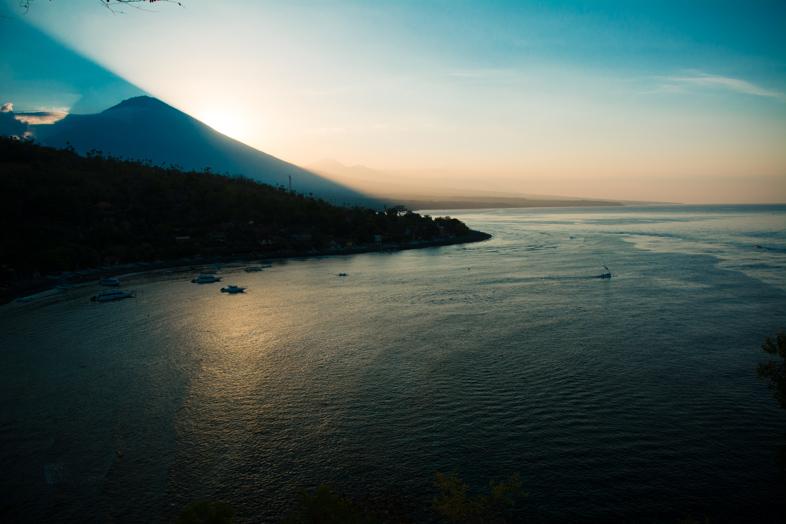 point-de-vue-depuis-amed-mont-agung-soleil-caché