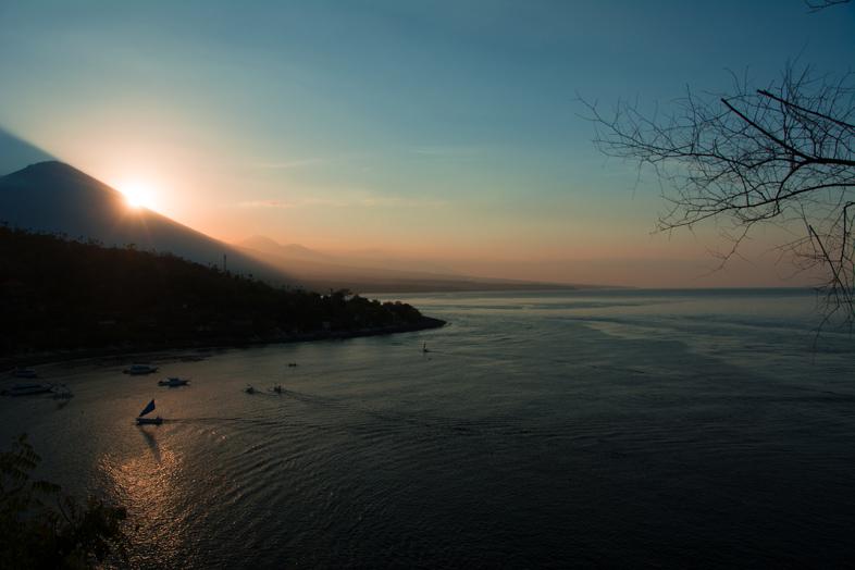 point-de-vue-depuis-amed-mont-agung-soleil-rasant