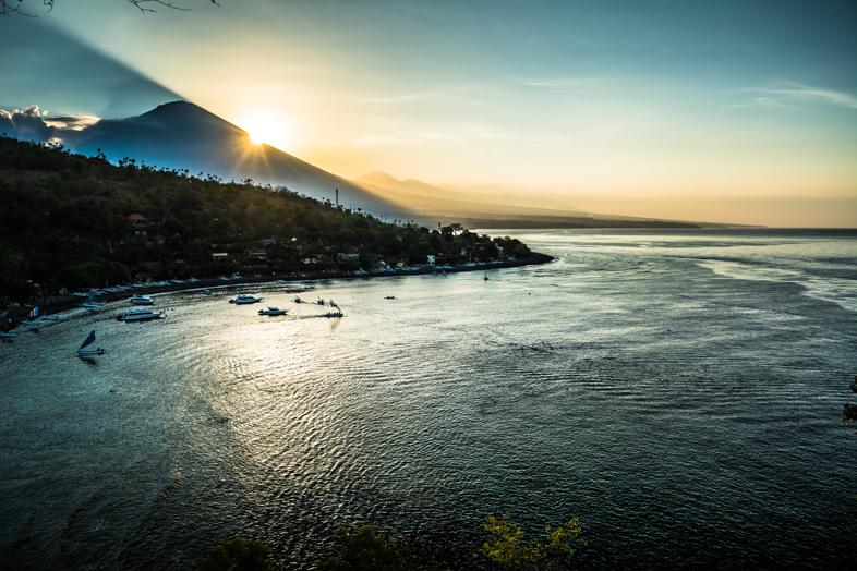 point-de-vue-depuis-amed-mont-agung-reflet-de-l-eau