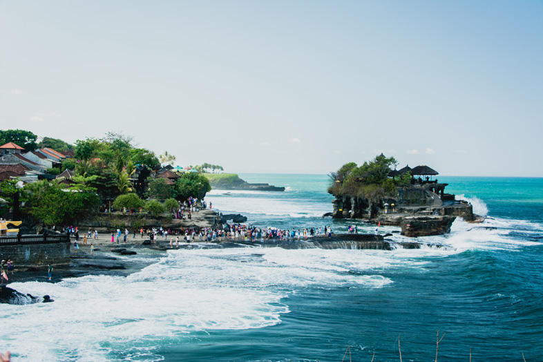 Foule au temple de Tanah Lot à Bali