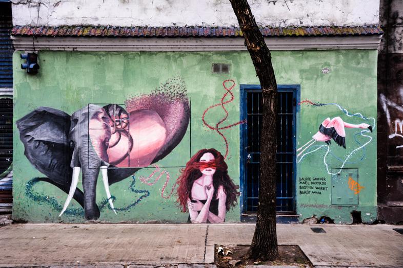 Street art elephant fille flamant rose dans le quartier de San Telmo a Buenos Aires en Argentine