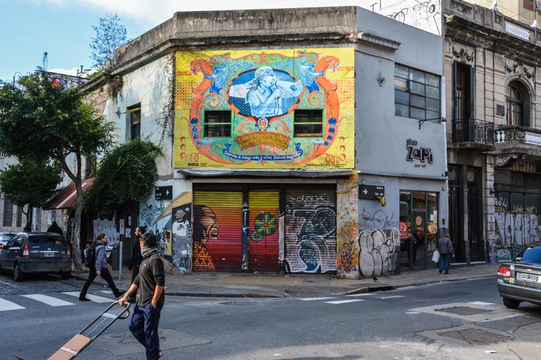 Street art facade coloree dans le quartier de San Telmo a Buenos Aires en Argentine