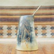 Mate et bombilla boisson traditionnelle Argentine en corne de taureau blanc et noir
