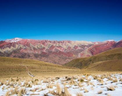Hornocal montagne des 14 couleurs de face avec de la neige postshow