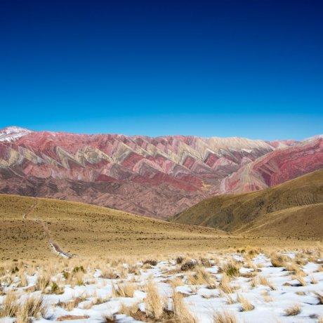 hornocal-montagne-des-14-couleurs-de-face-avec-de-la-neige-postshow