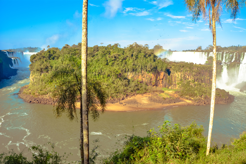 Vue sur l'Isla San Martin au pied des chutes d'Iguazu en Argentine