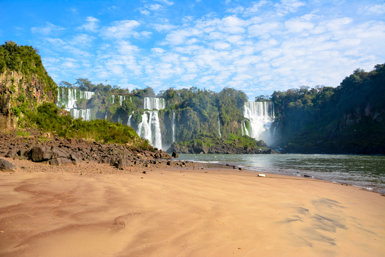 Vue des chutes d'Iguazu depuis la plage de l'île San Martin au pied des chutes en Argentine