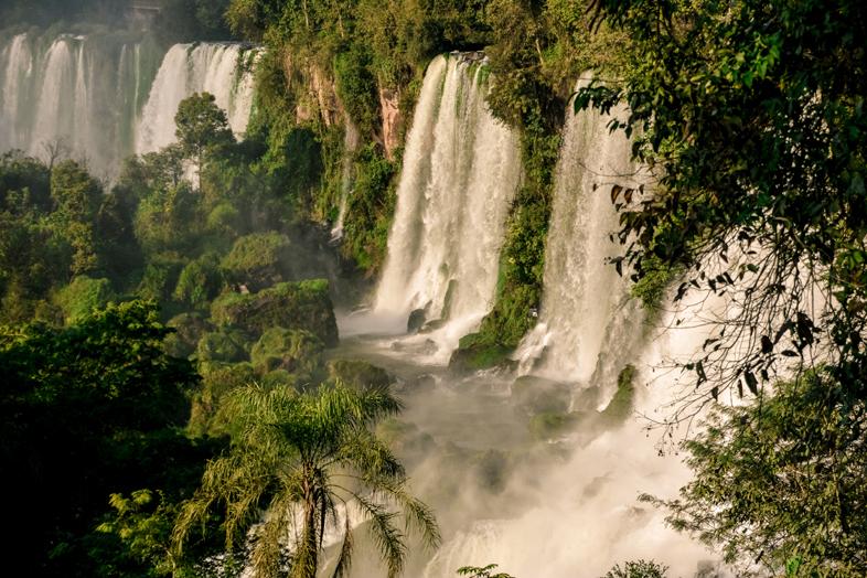Multiples cascades dans les chutes d'Iguazu vues du côté Argentin