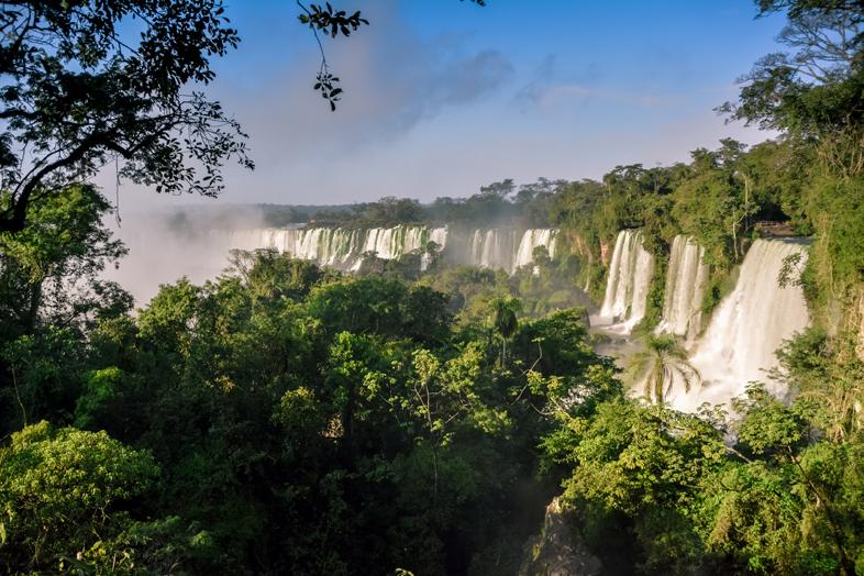 Chutes d'Iguazu vues de côté depuis une passerelle intermédiaire côté Argentine
