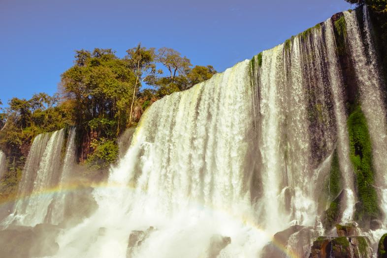 Chutes d'Iguazu vues de près grâce aux passerelles inférieures du côté Argentin
