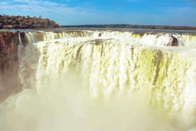Garganta del Diablo ou gorge du diable vue de face dans les chutes d'Iguazu côté Argentin