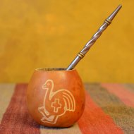 mate-et-bombilla-boisson-traditionnelle-argentine-calebasse-gravee-symbole