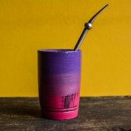 Mate et bombilla boisson traditionnelle Argentine mate en bois avec degrade violet a rose