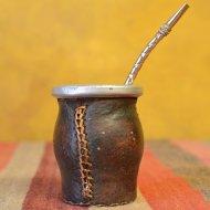 Mate et bombilla boisson traditionnelle Argentine metal cuir noir