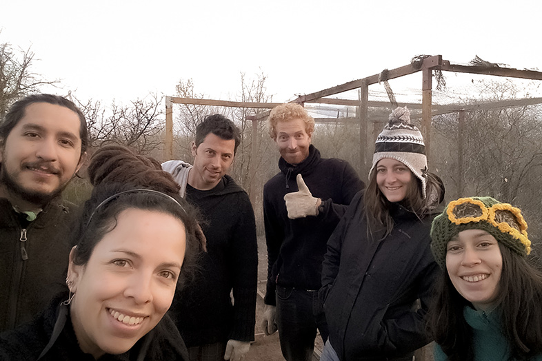 volontariat-workaway-argentine-cordoba-san-marcos-sierra-les-volontaires-devant-le-poulailler