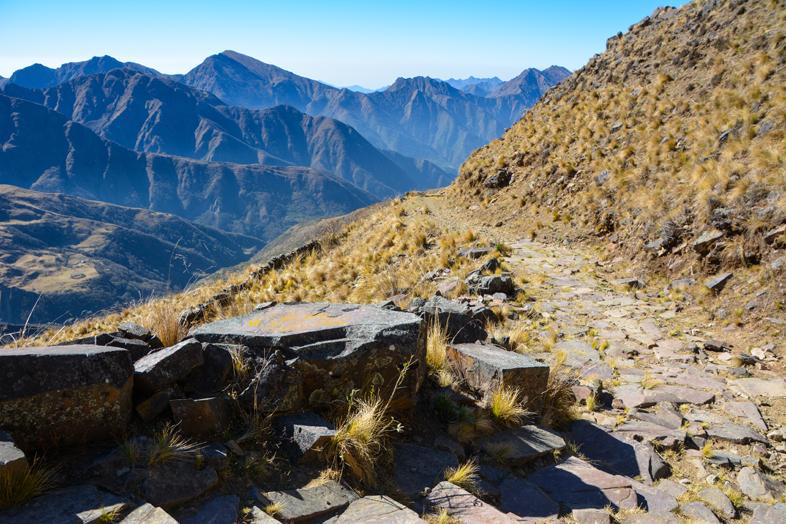 chemin-pave-puna-chemin-de-l-inca-jujuy-argentine-randonnee-trekking-marche-santa-ana