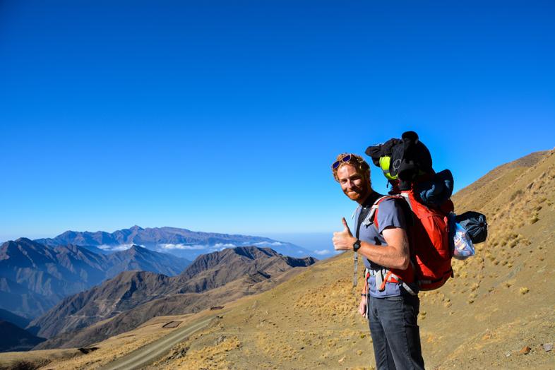 Tim et son gros sac à dos au début de la randonnée du chemin de l'Inca dans la province de Jujuy en Argentine