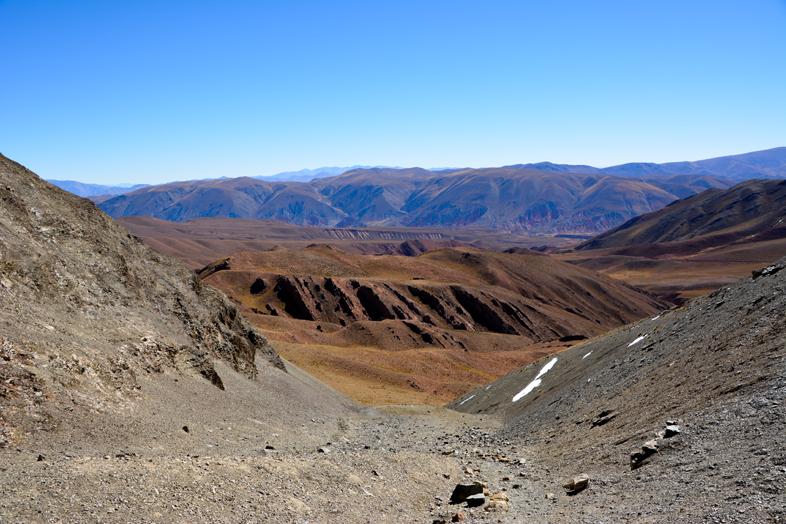 Montagnes de la puna dans la Cordillère des Andes près de Santa Ana