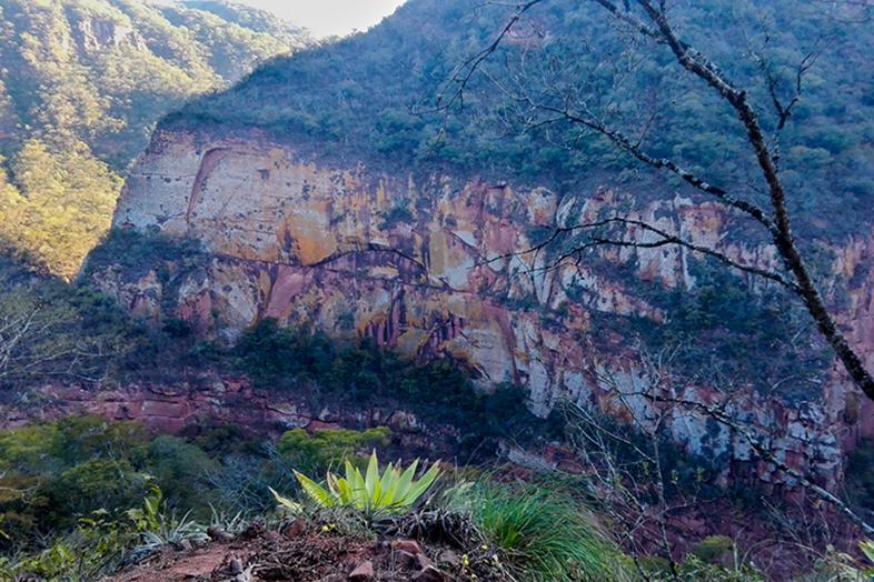 Les falaises colorées sur la route entre Valle Colorado et San Francisco en Argentine