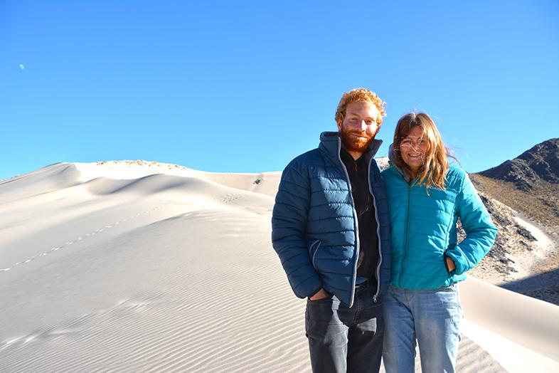 Tim & Cécilia posent devant une dune de sable sur la route d'Antofagasta de la Sierra en Argentine