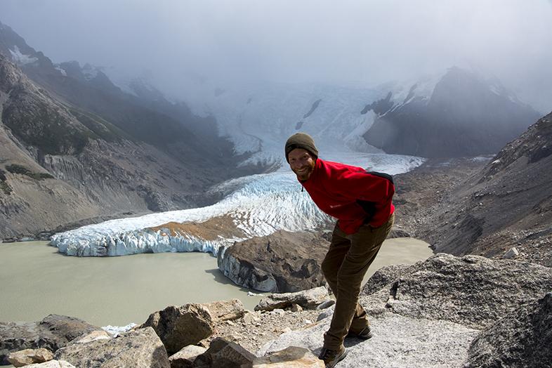 Vue sur la Laguna Torre et son glacier avec Tim qui pose en photo