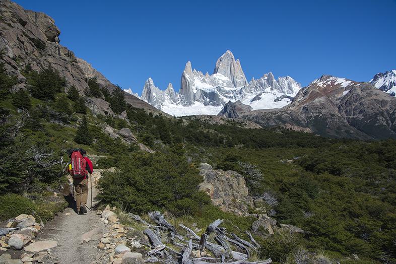 El Chalten trekking randonnee Mont Fitz Roy Tim en chemin avec sac a dos en Argentine