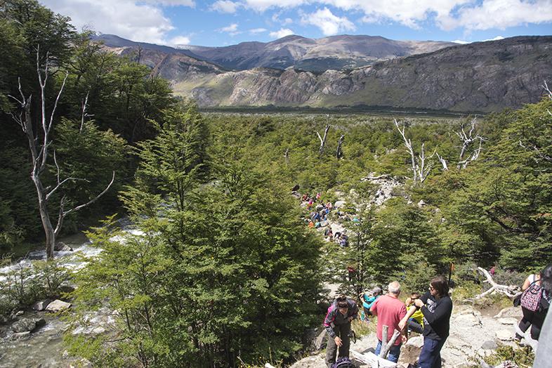 El Chalten trekking randonnee foule au Chorillo del Salto en Argentine