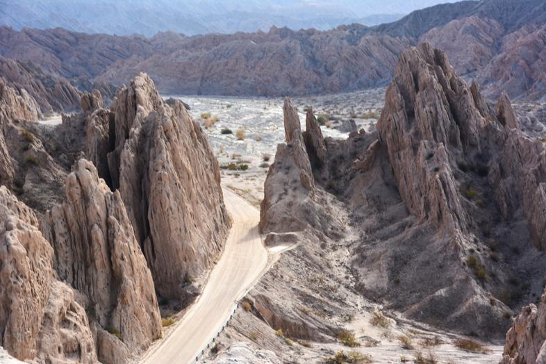 Roadtrip Salta Argentine boucle sud route 40 passe entre formations rocheuses quebrada flechas