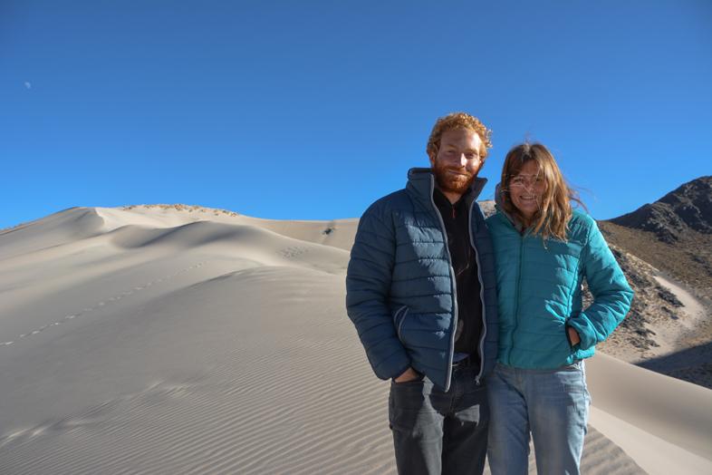 Antofagasta de la Sierra Catamarca Belen Argentine cecilia et tim posent devant la dune de sable