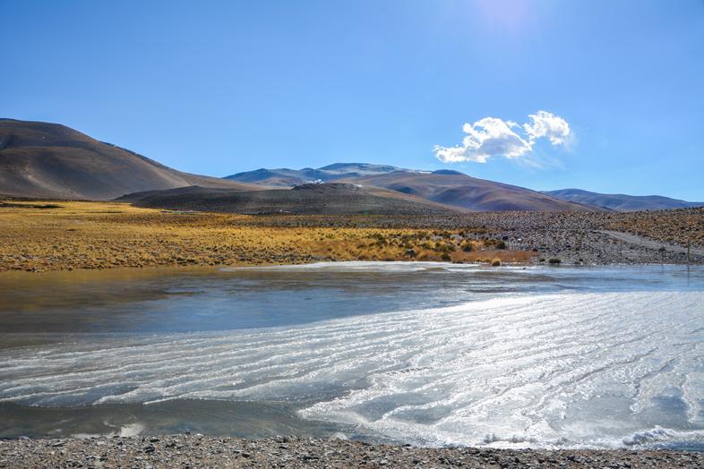 Lac gelée avec montagnes d'Antofagasta de la Sierra en arrière-plan