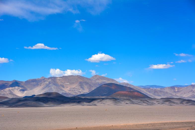 Ciel bleu et montagnes colorées à Antofagasta de la Sierra