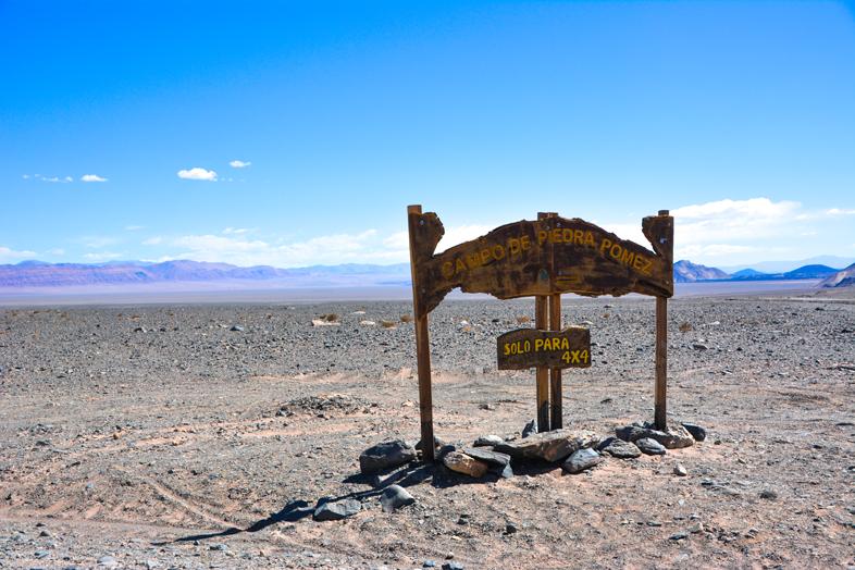 Panneau d'accueil au champ de pierres ponces près d'Antofagasta de la Sierra