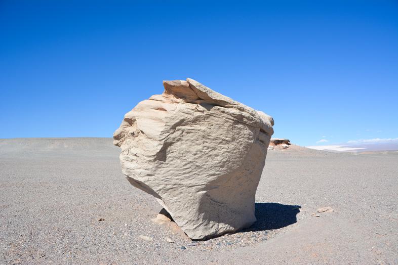 Une grosse pierre ponce dans le désert d'Antofagasta de la Sierra