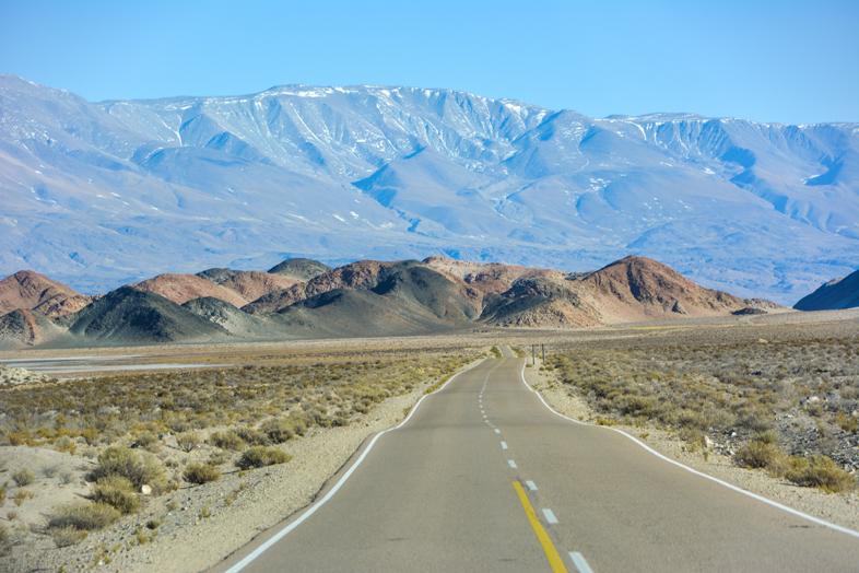 Route vers Antofagasta de la Sierra en Argentine avec la cordillère des Andes en arrière-plan