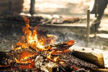 asado argentin barbecue feu cordero al palo parilla cuisson preparation postshow